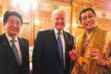 Трамп встретился с автором песни перо-ананас-Яблоко-ручка